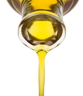 Лить масло из бутылки. изолированные на белом.