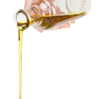 Лить масло из бутылки.