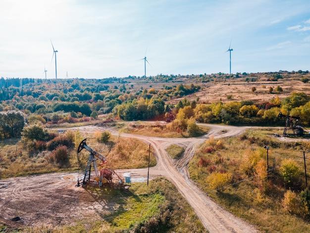 化石資源を備えた風力タービンのグリーンエネルギーを備えたオイルポンプ