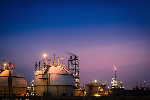 밤에 정유 산업 공장