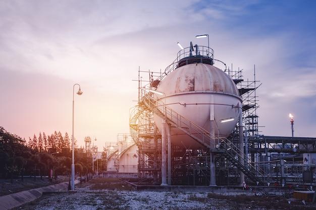 日没時の石油精製産業プラント