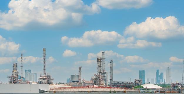 푸른 하늘 배경을 가진 정유 공장 또는 석유 정유 공장. 전력 및 에너지 산업. 석유 및 가스 생산 공장. 석유화학공업. 천연가스 저장탱크. 석유 사업입니다.