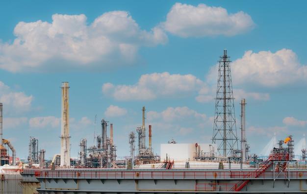 푸른 하늘 배경으로 정유 공장 또는 석유 정제 공장. 전력 및 에너지 산업. 석유 및 가스 생산 공장. 석유화학공업. 천연가스 저장탱크. 석유 사업입니다.