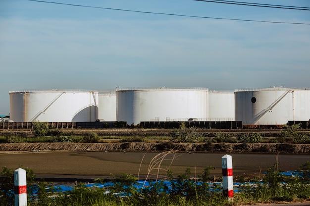 石油精製プラントパイプライン背景青空と石油貯蔵タンク