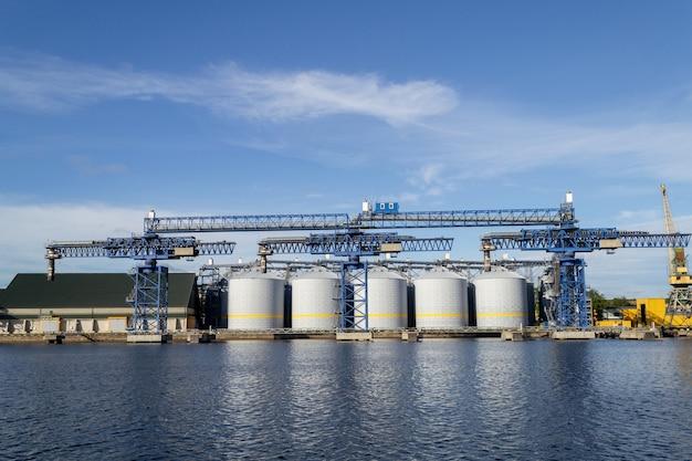 石油ターミナルの石油貯蔵タンクとパイプ。ラトビアのベンツピルスでのバイオディーゼル生産。