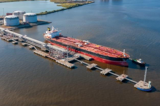 バルクポートの桟橋での石油タンカー