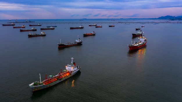 Нефтяной танкер и судовой танкер.