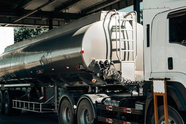 Нефтеналивной грузовик на контейнере, концепция транспортировки., импорт, экспорт, логистика, промышленная транспортировка наземный транспорт по асфальтовой дороге.