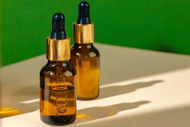 油性スキンケア保湿茶色のガラス瓶とピペットのクローズアップ