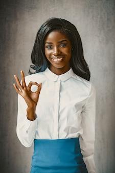 かわいいアフリカのビジネス女性からのジェスチャー