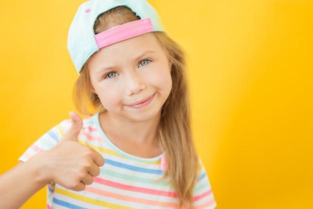 Ok жест большой палец вверх gunny счастливый парень девушка на желтом