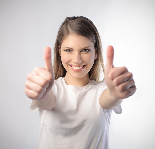 [ok]を示す幸せな若い女