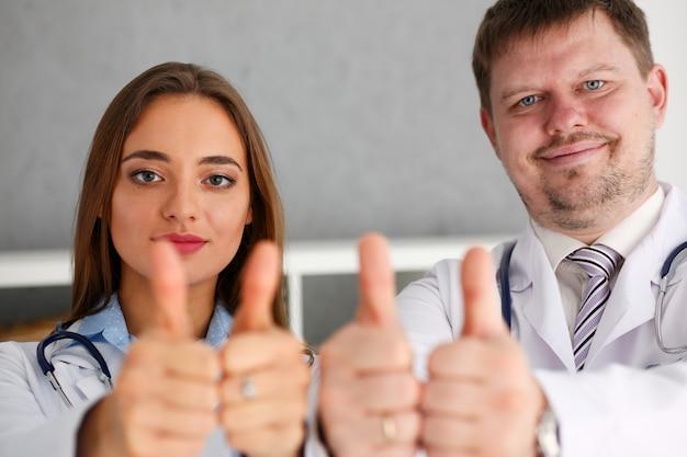 医師のグループがokを表示またはサインを確認
