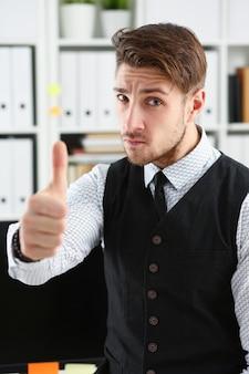 男はオフィスでokサインを表示