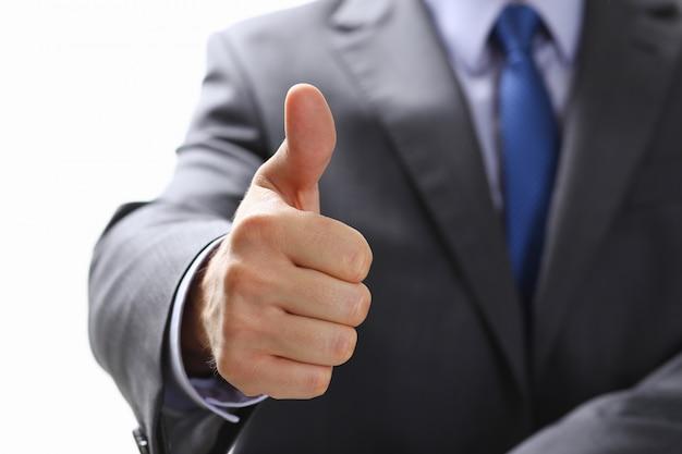 Okを示す男性の手または親指を上にしてサインを確認