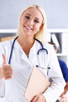 Okを示す美しい笑顔の女性医師またはサインを確認