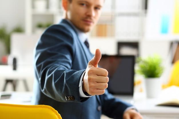 男性の腕は、会議中にokまたは確認を表示します