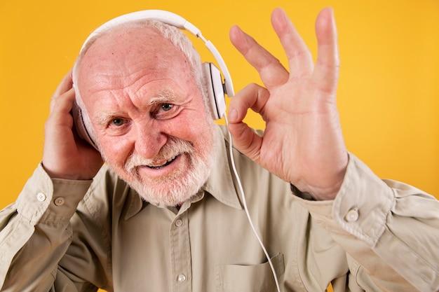クローズアップのシニアは音楽に[ok]を与える