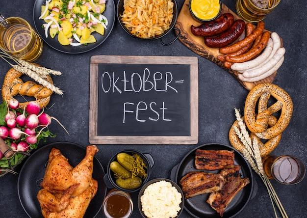 Блюда октоберфеста: пиво, крендель, колбаса, тушеная капуста, картофельный салат, половина курицы и ребрышки.