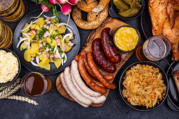 Блюда октоберфест с пивным кренделем и колбасой