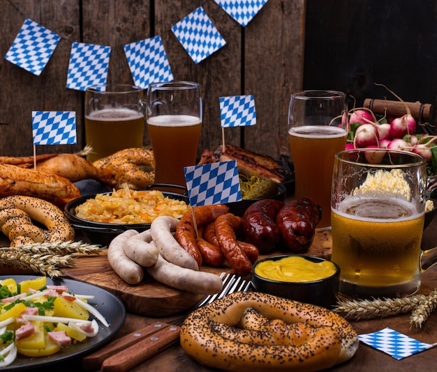 ビールプレッツェルとソーセージを添えたオクトーバーフェスト料理