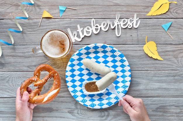 Октоберфест, традиционная фестивальная еда: белые колбаски, крендель и пиво