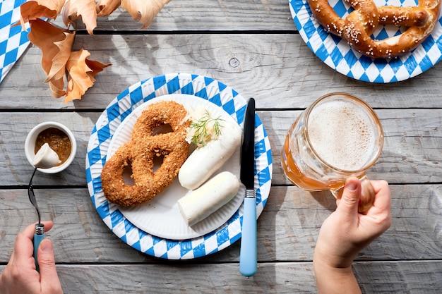 Октоберфест традиционная еда и пиво, плоско лежал на деревянном столе