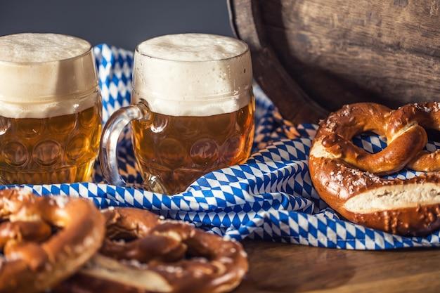 オクトーバーフェスト2ビール、プレッツェル木製バレルと青いテーブルクロス。