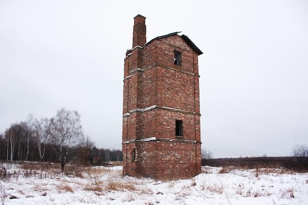 Старый заброшенный кирпичный домик в поле