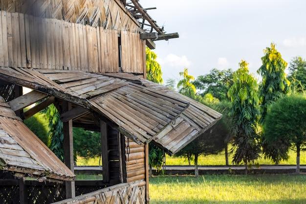 Старый заброшенный сломанный бамбуковый дом, вид на деревню