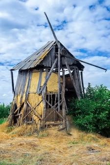 Vecchio mulino a vento abbandonato e rotto