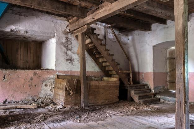 Старый заброшенный дом с лестницей
