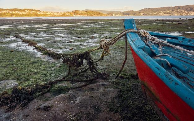 해안선에 오래 된 버려진 된 낚시 보트