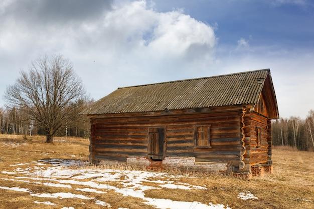 Старый заброшенный дом из дерева в лесу
