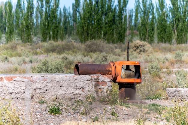 古い放棄された灌漑用水ポンプ。