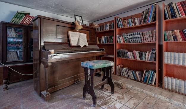 内部にピアノがある古い放棄されたライブラリ