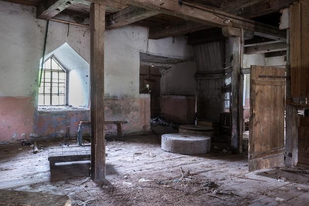 Старая заброшенная мельница внутри здания
