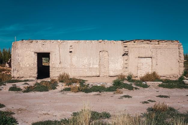 오래 된 버려진 진흙 벽돌 집
