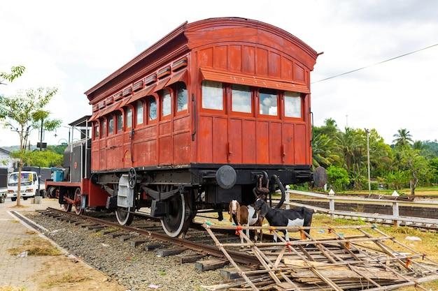 Старый заброшенный пассажирский вагон поезда.