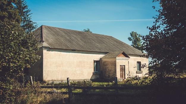 Старый заброшенный разрушенный деревянный дом в сельской местности