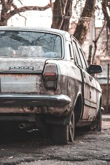 오래 된 버려진 녹슨 자동차