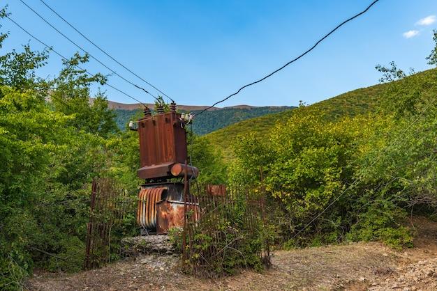 오래 된 버려진 녹슨 전기 변압기