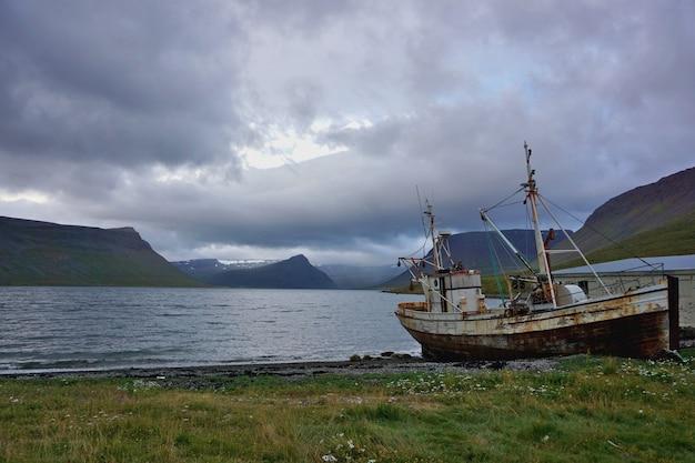 海岸にある古い廃船。アイスランド。