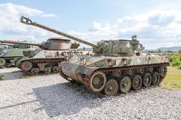 Старый заброшенный танк после войны в хорватии