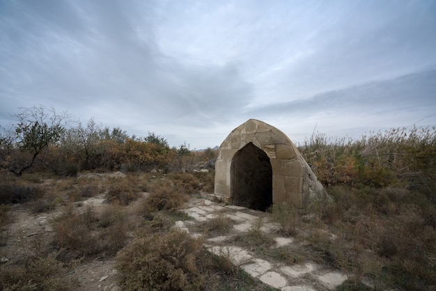 Старый заброшенный колодец во дворе караван-сарая, расположенный в азербайджане