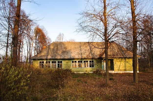 古い放棄された木造住宅。ベラルーシ