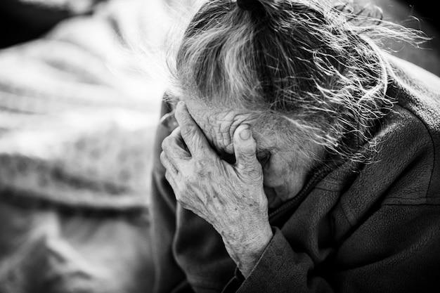 Концепция старости и образа жизни. черно-белый портрет очень старой и усталой морщинистой женщины. очень старый седой портрет крупным планом лицо женщины. процесс старения - очень старые пожилые женщины