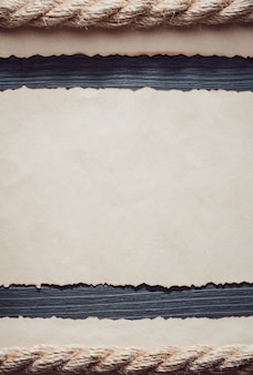 木製の背景に古い古紙