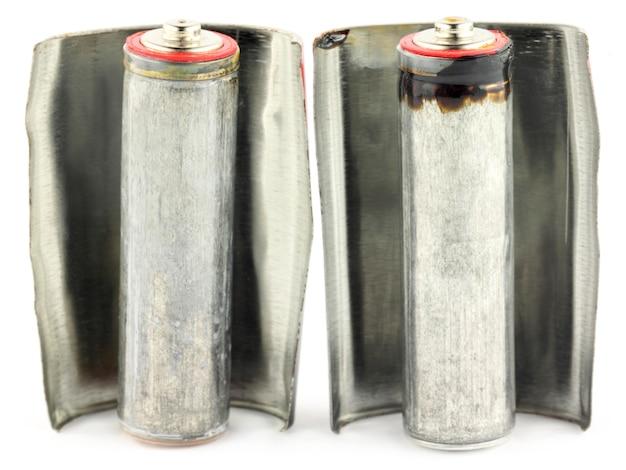 白い背景の上の古いアルカリ電池