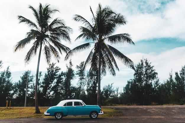 쿠바에서 오래 된 미국 복고풍 자동차